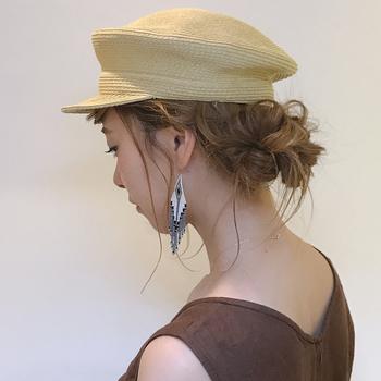 夏は日差し避けにも帽子が必須アイテムです。そして、ついついヘアスタイルは帽子で隠しがちに……。とてもラクなのですが、「後ろ姿美人」になりたいなら、帽子用のヘアアレンジもマスターしましょう!