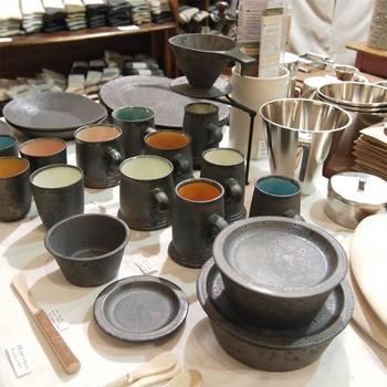 豊富なキッチンアイテムは、まさに丁寧な暮らしにピッタリ! 調理器具からお皿、コップまで揃います。 鹿児島のONE KILN(ワンキルン)の磁器なのに鉄のような質感はめずらしく、存在感もありますよ。