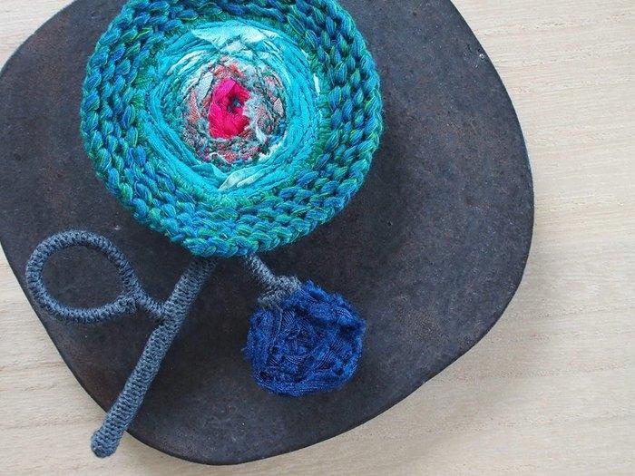 しっかりと編みこまれた花は、あなたのファッションに華を添えてくれます。