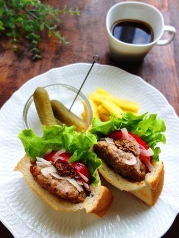 ハンバーガー用の丸いパン(バンズ)を用意せずとも「ハンバーガー」が楽しめます。ハンバーグを手作りするなら、ビニール袋でタネを作れば洗い物も少なくて済みますよ。もちろん冷凍ハンバークなどを使ってもOK♪