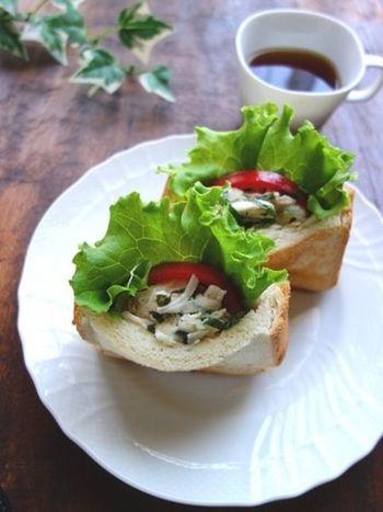 ささみ、玉ねぎ、大葉をオリーブオイルで和えたさっぱりサンドです。パンをライ麦パンや全粒粉パンなどを選べば、さらにヘルシーに♪