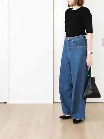 夏の黒は重たく見えそうで…とお悩みの方、こんな風にすっきりまとめたツートンコーデがおすすめです。タックインすることでTシャツの表面積が減り、デニムのブルーで涼しげに。