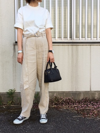 リラックス感のあるパンツにも白Tをタックイン。Tシャツはきちんと感のあるボトルネックにハリ感のある生地が品よくまとまるコツ。黒の小物で引き締めれば◎。
