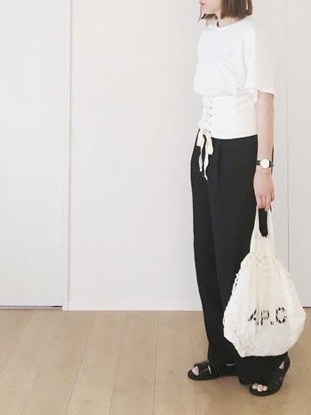 シンプルな白Tと黒パンツのコーデに、太めのコルセットベルトを投入!一気に旬顔なタックインコーデの出来上がりです。