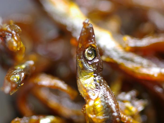 そして佃島の漁師さんたちは、雑魚がたくさん獲れたときは佃煮にして、それを売り出すようになり、やがて参勤交代の武士が江戸の土産物として、それぞれの地に持ち帰ったことから全国に広まったそうです。
