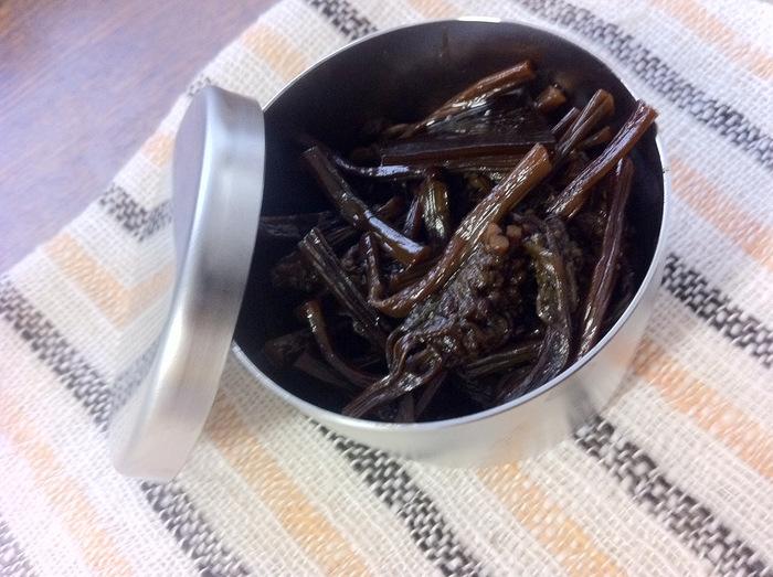 佃煮なら小魚など骨ごと食べられるので栄養もしっかりとれます。魚介類だけでなく、肉や野菜などで作る佃煮も人気があり、保存もきいてとても便利。さらにお家で作る場合は好みの食材で作れるので、ぜひお家の味の佃煮を作ってみてはいかがでしょうか。