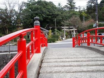「玉作湯神社」の前にかかる朱色の橋「宮橋」は「恋叶橋」と呼ばれる人気の開運スポット。鳥居が入るように写真を撮ると恋が叶うと言われているんだそう。この写真のようにパチリと撮りましょう。
