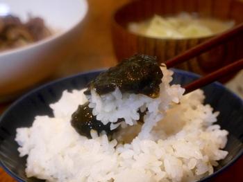 アサリや海草類、野菜や小魚などを砂糖、醤油や味噌などで甘辛く煮つめて作る佃煮。日本の伝統食であり、ご飯のお供として親しまれています。