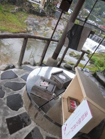 玉湯川沿いにある「湯閼伽の井戸 」は「恋来井戸」と呼ばれ、ここから餌を巻いて鯉が寄ってきたら「恋」が寄ってくるといわれている面白いスポット。