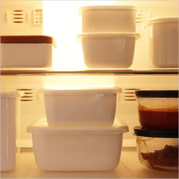 ご飯のお供、おつまみ、お弁当など大活躍の佃煮を作ったら、保存容器もこだわってみませんか?こちら、老舗の琺瑯メーカー「野田琺瑯」の「ホワイトシリーズ」は、琺瑯を使った機能的な保存容器です。清潔感のある白い容器とスッキリとした四角い形は、収まりが良く冷蔵庫での保存にとても便利です。
