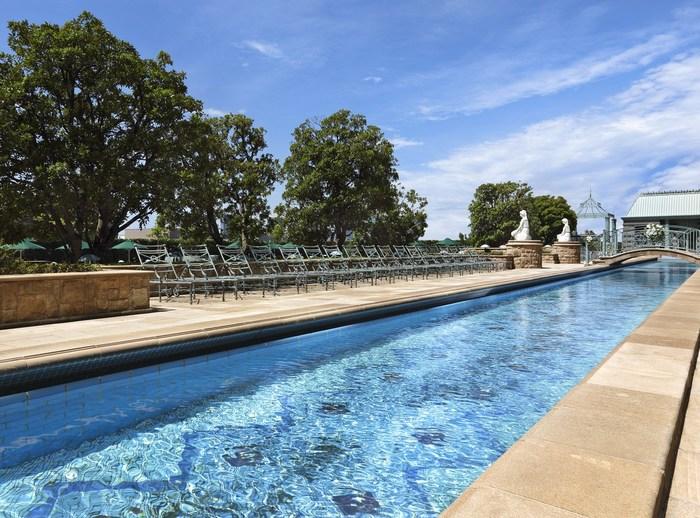 運河をイメージしたデザインの全長48mのラッププール。これなら思う存分泳ぎたい人も満足できますね。