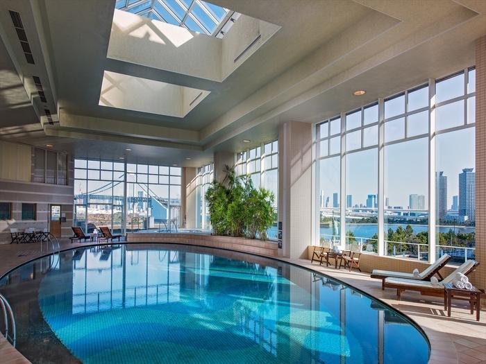 ヒルトンお台場の5Fには、広々とした眺望が楽しめる室内プールがあります。ジェットバスやサウナもあり、トリートメントも受けられるスパ施設です。23時まで営業しているので、夜景を楽しむこともできますね。