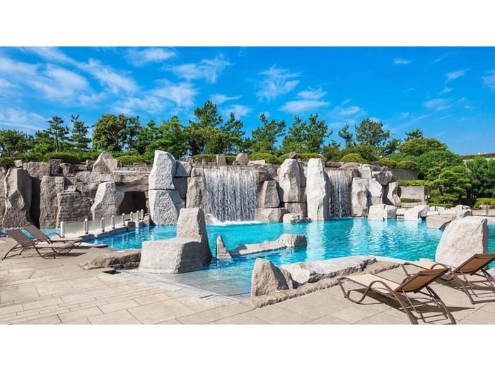 舞浜のシェラトン・グランデ・トーキョーベイ・ホテルの夏季限定「ガーデンプール」。岩に囲まれた異国情緒あふれる景観で非日常のリゾート気分を味わってみては?岩の裏の洞窟はバーになっています。
