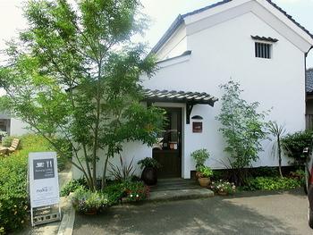 築100年以上の米蔵を改装したゆったりとくつろげるカフェ。蔵の良さをそのまま残した外観が素敵です。