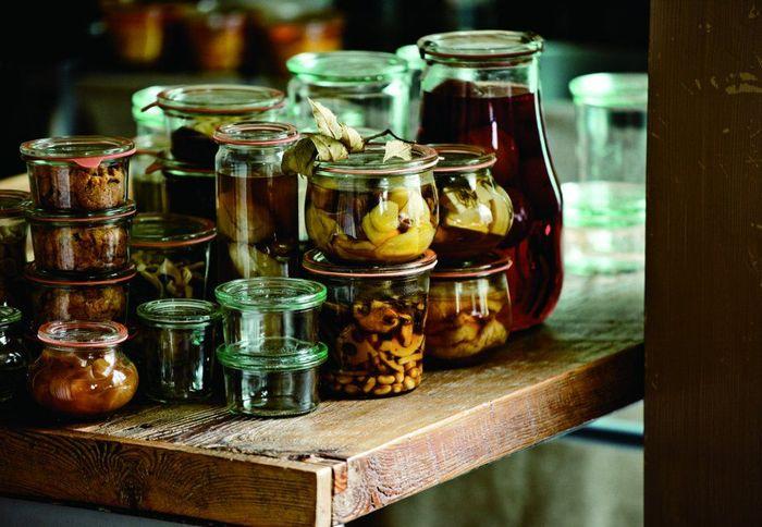1900年の創立当時から、家庭でできるガラス容器の瓶詰め加工の研究、開発を進めてたWECK社。見た目も使い勝手もシンプルながら安全で、 保存した食品の品質をより高く保ってくれるキャニスターは、いくつあっても重宝します。