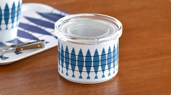 インテリアに合わせた洋風のシンプルで使い勝手の良い保存容器が欲しい!そんな方におすすめのアイテムがこちら、スウェーデンでテキスタイル、キッチンなどの製品を製造・販売している「アルメダールス」のキャニスター。北欧風のシンプルなデザイン性もさることながら、ゴムパッキン付きの陶器の密閉容器なので保存にも適しています。