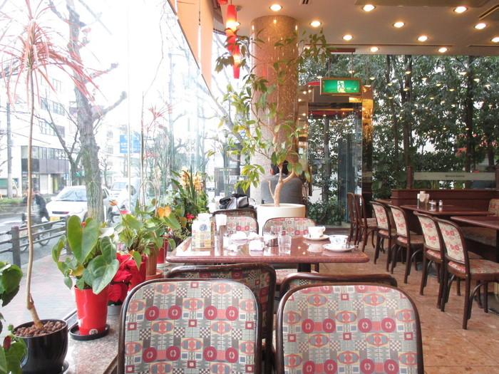 銀閣寺から徒歩10分程。白川通沿いにある「ワールドコーヒー」は、地元に根付いた大型喫茶店。