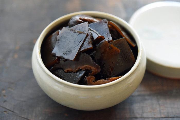こちらもご飯が何杯でも食べられそうな、昆布と椎茸の佃煮。昆布だけの佃煮に、お酢と干し椎茸が加わることで、よりしっとりとした味わいになり、口当たりもまろやかに。