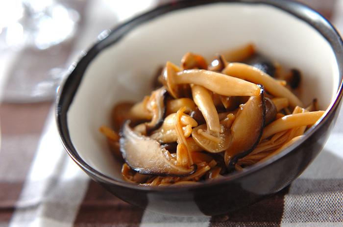シイタケ、シメジ、エノキで作るキノコの佃煮は、ご飯のお供としてだけでなく、おつまみや、ちょっとした付け合わせにも使えて便利。