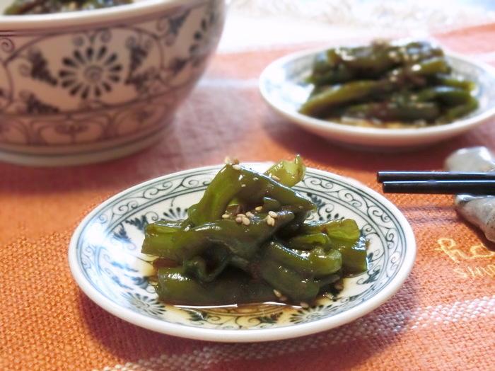 ピーマン、ごま油、かつお節などで作る香り豊かで食欲をそそる佃煮は、つい暗い色合いになりがちな佃煮としては珍しく、グリーンがキレイなのでお弁当に入れても映えそう。