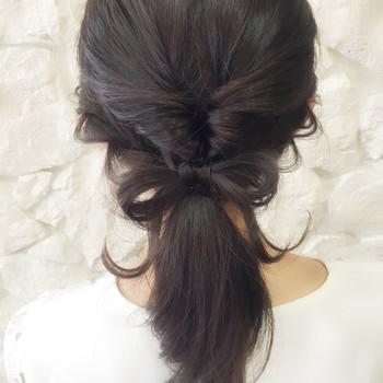髪を小さなリボン結びにすれば、さりげないけれど気づいた時の感動が!