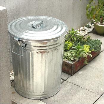 屋外に置くゴミ箱は、雨風にさらされてもダメージを受けにくいものを選ぶと良いでしょう。こちらのゴミ箱はフタが外れないようにストッパーが付いているので、風が強い日でも安心ですね♪