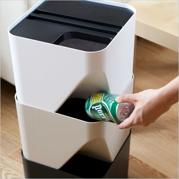 こちらは単体でも使えるゴミ箱ですが、重ねて使えるように工夫されたデザイン。重ねた時にスムーズに捨てられるように作られたくぼみがポイントです。キッチン周りのゴミは、分別しやすいゴミ箱も参考にしてみてくださいね♪