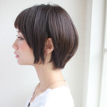 マニッシュな黒髪ショート。女性らしい丸みを残せば、こんなにキレイなシルエットのショートスタイルに◎