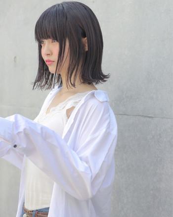 前髪をぱつんと切ったショートボブは個性的なイメージにも。前髪を軽く流せばイメージも変わりますので意外に取り入れやすいスタイルです。