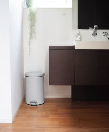 ペダルペールののタイプは洗面所でも活躍してくれます。スキンケア中でも、手を汚すことなくゴミをすぐに捨てられるから作業の効率もアップ♪