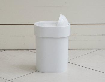 捨てやすさではこんなタイプも!スイッチのように飛び出ているところを押すとフタが開くしくみです。直接ゴミが触れる部分を触らずにフタが開けられるので清潔に使えて良いですね。小ぶりなサイズなので狭いところにも置きやすいでしょう。