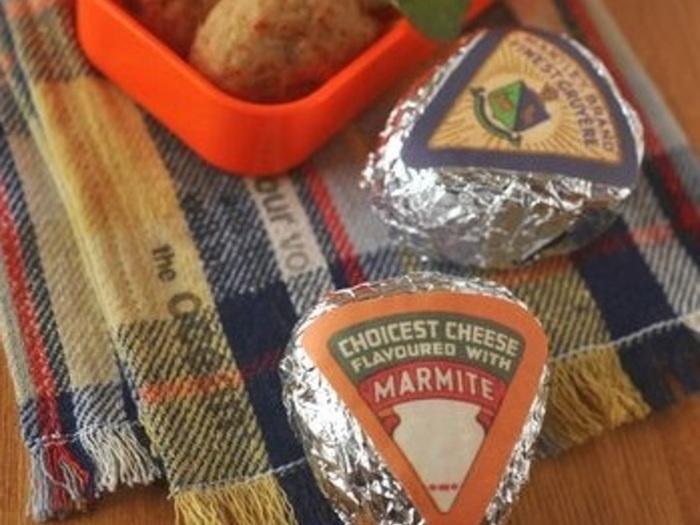 アルミホイルで包んだおにぎりには、三角チーズみたいなおしゃれなシールでデコレーション。柄物のアルミホイルが手に入らない時にも、オシャレに演出できるアイデアです!