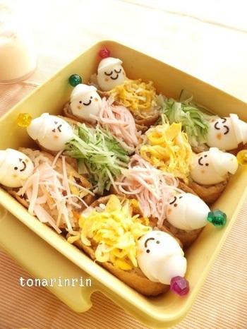 いなり寿司をベッドに見立てて、うずら卵の顔が並ぶお弁当。丸玉のカラーピックが帽子のポンポンみたいで可愛い♪