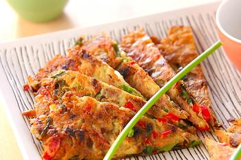 アサリの佃煮、細ネギ、赤ピーマン、アサリのむき身を使って作る佃煮お焼き。アサリの風味が食欲をそそり、いくらでも食べられそう。