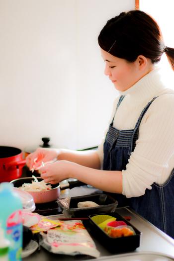 出来上がったお弁当を詰めるケースは、開ける時の楽しみや料理の味を引き立てる大切な脇役。合宿や遠足では使い捨て容器を指定されることもありますが、使い捨てパックもオシャレに使いこなしたいですよね!