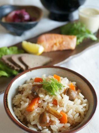 同じくアサリの佃煮で作る炊き込みご飯。アサリの佃煮は作る時に殻から身を外すのに手間がかかりますが、作り置きしておけば、こんなに美味しいご飯が簡単に作れるので、作りがいがありますね。
