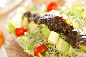 アボカド、レタス、スプラウト、プチトマトのサラダに、海苔の佃煮とわさびを混ぜた少し大人の味をのせて。サラダなのに、おつまみとしても美味しくいただけそう。