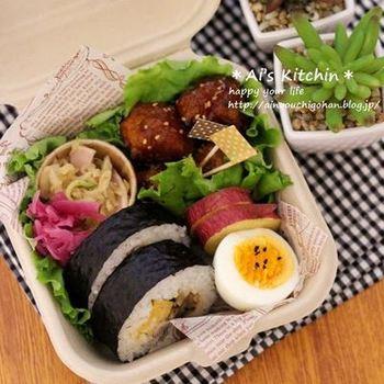 フタつきのバーガーケースは、少なめのお弁当を詰めるのにピッタリ。ワックスペーパーや葉もの野菜で仕切りをつくれば、ご飯におかずの汁がしみるのも防げますね。