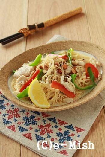 夏野菜をたっぷり使ったエスニックな炒め素麺です。ささみを使うことで、豚肉よりはあっさりした仕上がりに。レモンを搾ると爽やかな香りが楽しめますし、クエン酸による疲労回復効果も期待できます。