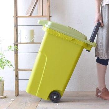 屋外に大きいゴミ箱を置く場合には、移動がスムーズにできると役立つことも。カート式なら楽々運べるから、ゴミ捨て場まで楽に持ち運ぶこともできますね。