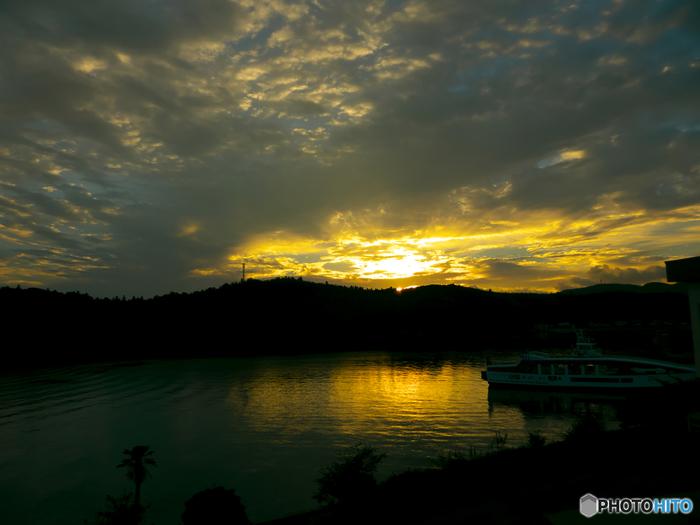 海士町は、日本海に浮かぶ島根県沖合の隠岐諸島に位置する中ノ島にある町です。