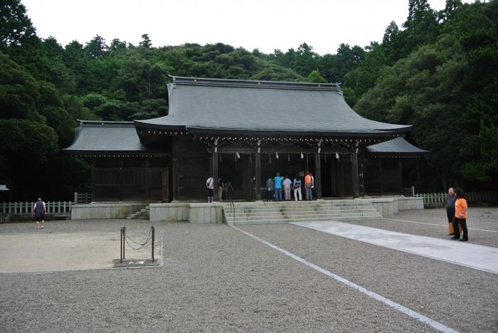 1221年に勃発した承久の乱によって隠岐へ流された後鳥羽天皇を主祭神として祀る隠岐神社は、1939年に創建された神社です。後鳥羽天皇没後700年を記念して創建された隠岐神社の境内は広く、約56000平方メートルもの敷地を誇ります。