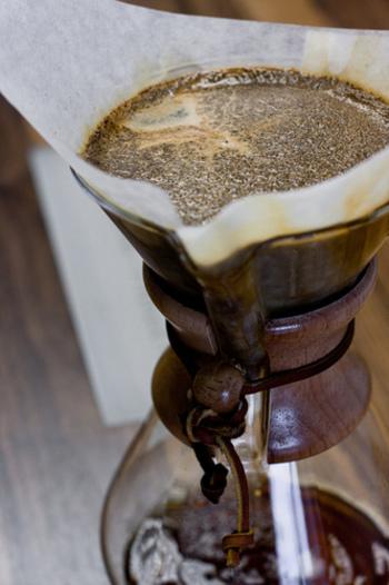 """ハンドドリップコーヒーを美味しくするために大切なのが""""蒸らし""""。コーヒーの中心部に少しだけお湯を注いで、20~30秒程待ちつことで、香りと美味しさを最大限に引き出すことができます。蒸らしが終わったら、「の」の字を描くようにゆっくりと数回にわけてお湯を注ぎましょう。"""