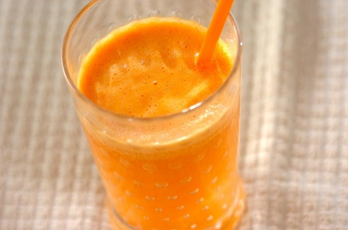 こちらは、オレンジとグレープフルーツを組み合わせたフレッシュジュース。2つの柑橘ですっきり爽やかな味わいに。グレープフルーツの苦みが強いときは、ハチミツを加えると飲みやすくなるので、お子さんでも美味しく飲むことができますよ。