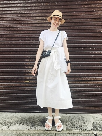 """夏は、シンプル&爽やかな「ホワイトコーデ」でオシャレを楽しみませんか?まずは手持ちの""""白""""のトップスとボトムスを合わせてみましょう。そこに帽子や靴、小物で上手に味付けするだけで、洗練されたミニマムなスタイリングが完成します。"""