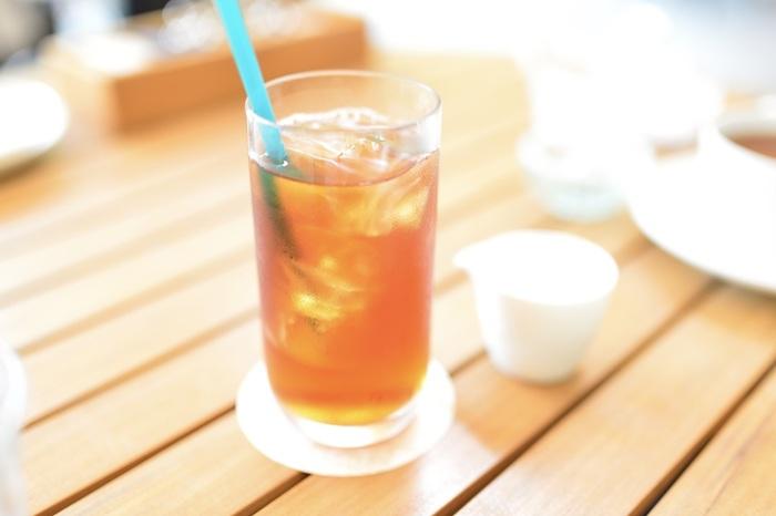暑くなると、キーンと冷たい飲み物を頂きたくなりますね。でも、熱いコーヒーや紅茶を淹れて冷やすのは少し面倒。そんな夏の日におすすめしたいのが、「水出し」です。