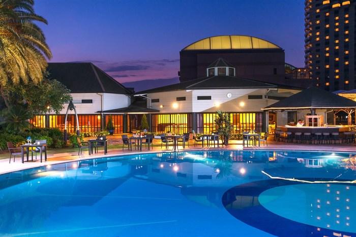 ナイトプールが充実している「ホテルニューオータニ」。東京、幕張、大阪のそれぞれのニューオータニで夏季限定のナイトプールを開催しています。プールサイドには人気のDJによるBGMが流れ、シャンパン片手にゴージャスな時間が楽しめます。