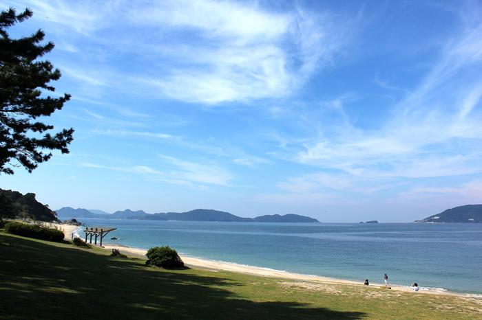 志賀島の魅力はなんといっても美しい自然。綺麗な砂浜と青く美しい海、のんびりと過ごすのにうってつけ。
