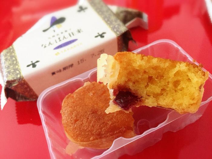アーモンド粉を100%使用した「なんばん往来」。しっとりとした生地の中にジャムを入れて、周りはパイで包んであります。サクッとしたパイとしっとりとした生地が絶妙なバランス。アーモンドの香ばしい風味と甘酸っぱいジャムが口の中に広がります。地元でも人気が高く、手土産として購入する方も多いお菓子です。