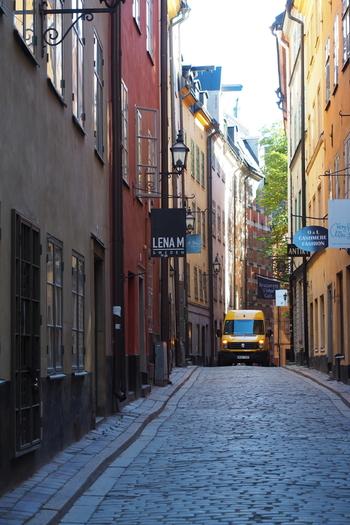 """ガムラスタン(Gamla Stan)とは、スウェーデン語で""""旧市街""""という意味で世界遺産にも指定されているエリアです。石畳が続く趣のある街で、昔からの建物を利用したカフェやお土産屋さんやアンティークショップなど、そぞろ歩きがとても楽しいエリアです。"""